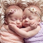 【キュン動画】出産時も離れたくない!双子の赤ちゃん