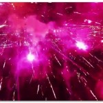 【動画】花火の中をラジコンヘリが飛び回る映像がスゴすぎる!