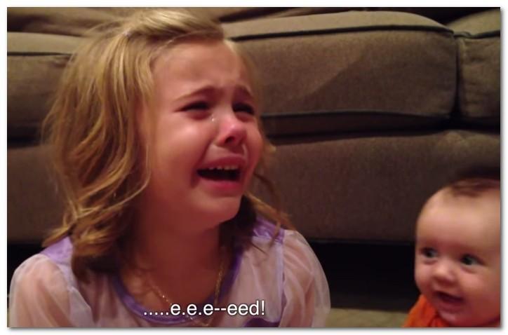 【動画】成長しないで~!赤ちゃんの弟が可愛すぎて女の子が号泣!