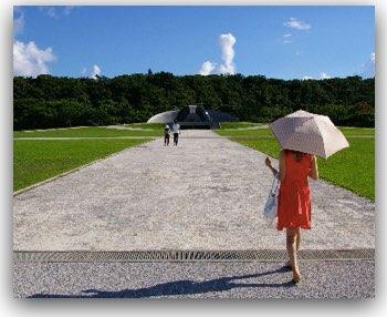 傘を折る女
