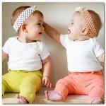 【激カワ】ママの声に思わず双子の赤ちゃんがとった行動は?